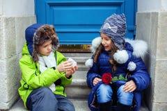 De kleine jongen gaf het meisje een ring Het concept liefde en Val Stock Foto