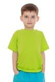 De kleine jongen in het groene overhemd Stock Foto's