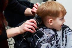 De kleine jongen in de kapperswinkel royalty-vrije stock afbeeldingen