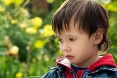 De kleine jongen kijkt droevig opzij, Royalty-vrije Stock Afbeelding