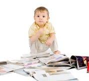 De kleine jongen leest tijdschrift Stock Foto