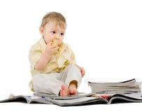 De kleine jongen leest tijdschrift Royalty-vrije Stock Fotografie