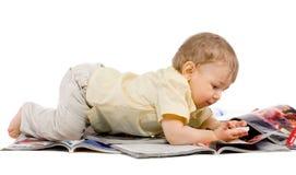 De kleine jongen leest tijdschrift Royalty-vrije Stock Foto