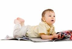 De kleine jongen leest tijdschrift Stock Fotografie
