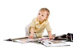 De kleine jongen leest tijdschrift Royalty-vrije Stock Foto's