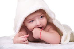 De kleine jongen omvat met een handdoek Royalty-vrije Stock Afbeelding