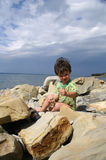 De kleine jongen op de kust van de Zwarte Zee royalty-vrije stock foto