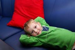 De kleine jongen op een bank Royalty-vrije Stock Afbeeldingen
