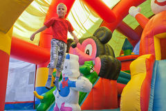 De kleine jongen op een trampoline Royalty-vrije Stock Foto