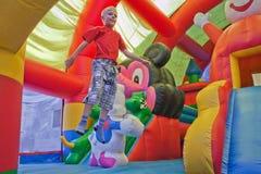 De kleine jongen op een trampoline Stock Foto's