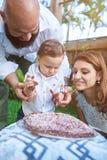 De kleine jongen probeert chocoladecake Stock Foto's