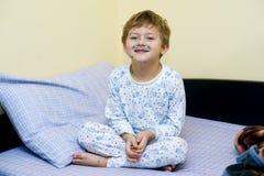 De kleine jongen is thuis ziek royalty-vrije stock fotografie
