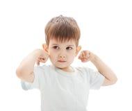 De kleine jongen toont de kracht Royalty-vrije Stock Afbeeldingen