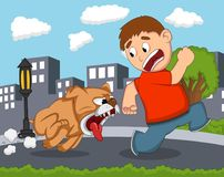 De kleine jongen werd achtervolgd door een woeste hond met stads achtergrondbeeldverhaal Stock Foto