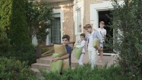 De kleine jongens bewegen zich aan een nieuw huis en de hulp leidt dingen tot de auto stock video