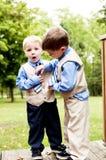 De kleine jongens passen band stuitende uitdrukking aan Stock Fotografie