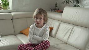 De kleine jongensemoties De jongen is verstoord en schreeuwend stock footage