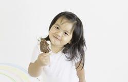 De kleine kinderen eten roomijs stock afbeeldingen