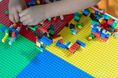 De kleine kinderen spelen speelgoed op de Algemene Vergadering royalty-vrije stock foto's