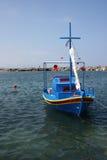De kleine kleurrijke vissersbootboot legde in Kreta met mast vast en vouwde zeil op Royalty-vrije Stock Foto