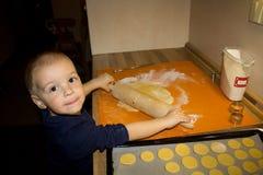 De kleine koekjes van het jongensbaksel Stock Foto's