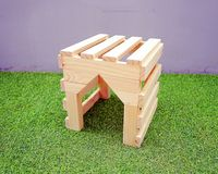 De kleine leuke die handcrafthuizen van hout, die worden gemaakt hebben een ruimte aan achter en voorkant voor huisdier kunnen do Royalty-vrije Stock Afbeelding