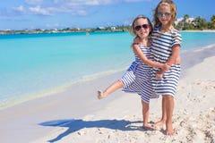 De kleine leuke meisjes genieten van hun de zomervakantie Stock Foto's