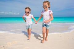 De kleine leuke meisjes genieten van hun de zomervakantie Royalty-vrije Stock Foto's