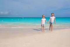 De kleine leuke meisjes genieten van hun de zomervakantie Royalty-vrije Stock Afbeeldingen