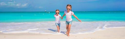 De kleine leuke meisjes genieten van hun de zomervakantie Stock Fotografie