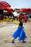 de kleine markt van de stadszondag voor vers product met jonge jongen die plastic zakken verkopen royalty-vrije stock afbeelding