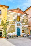 De kleine middeleeuwse kerk in oud Luca, Italië royalty-vrije stock fotografie