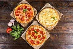 De kleine minipizza mini, miniatuur op bakseldocument op dark streeft na royalty-vrije stock afbeeldingen