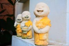 De kleine monniken modelleren in de mooie tuin Royalty-vrije Stock Afbeeldingen