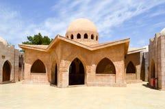 De kleine mooie keurige Arabische Islamitische Moslimhuizen van de steenklei met ronde koepels in de woestijn met palmen in een t Royalty-vrije Stock Fotografie