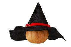 De kleine pompoen van Halloween in heksenhoed Stock Foto's