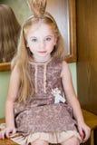 De kleine prinses met kroon dichtbij spiegel royalty-vrije stock foto's