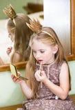 De kleine prinses met lipgloss stock foto