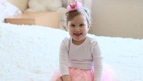 De kleine prinses zit stock videobeelden
