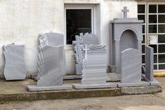 De kleine privé firma produceert grafstenen en exhibites steekproeven van zijn producten op de straat stock foto's
