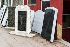De kleine privé firma produceert grafstenen en exhibites steekproeven van zijn producten op de straat stock foto