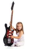 De kleine rode akoestische gitaar van de kindgreep. Muziek Stock Afbeeldingen