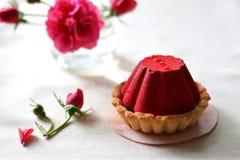 De kleine, rode cake met chocolade het vullen op servet dichtbij nam toe Royalty-vrije Stock Foto
