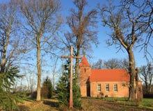 De kleine rode kerk van het baksteendorp in Boleszewo Polen Stock Foto's