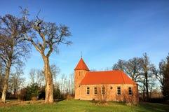 De kleine rode kerk van het baksteendorp in Boleszewo Polen Royalty-vrije Stock Foto
