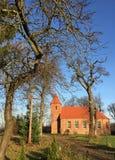 De kleine rode kerk van het baksteendorp in Boleszewo Polen Stock Afbeeldingen