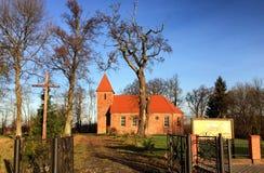 De kleine rode kerk van het baksteendorp in Boleszewo Polen Royalty-vrije Stock Foto's