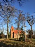 De kleine rode kerk van het baksteendorp in Boleszewo Polen Royalty-vrije Stock Afbeelding