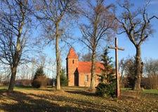 De kleine rode kerk van het baksteendorp in Boleszewo Polen Stock Foto
