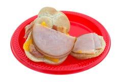 De kleine sandwiches van Turkije op rode plaat Stock Fotografie